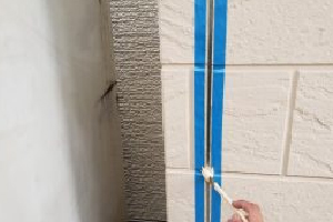 サイディングボードのつなぎ目の細かい隙間もしっかり埋めて塗装
