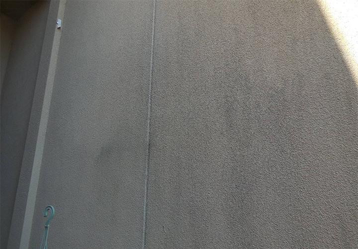 1階外壁(特に北東面)はカビが発生していました。