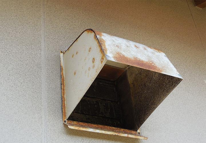 ウェザーカバーも錆が発生していますが、現状であれば下地処理を行って塗装すれば充分に保護できます。