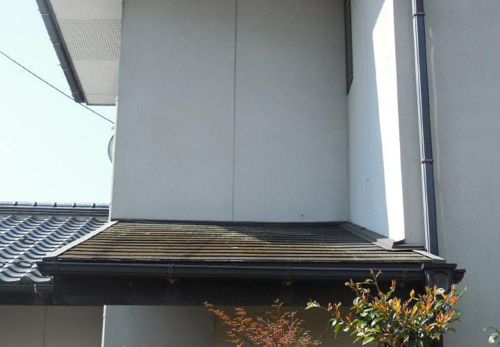 玄関上のコロニアル屋根も塗装が必要な状態でした。