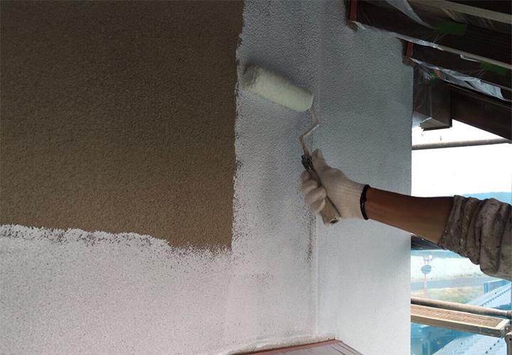 外壁平面はローラーで下塗り(フィラー)を実施いたします。