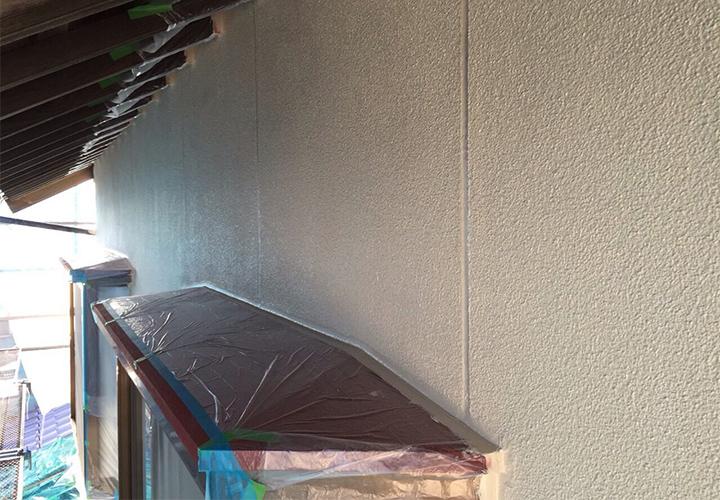 上塗り2回目完了の様子です。2回目ともなると下塗りの色や補修箇所が目立たなくなります。