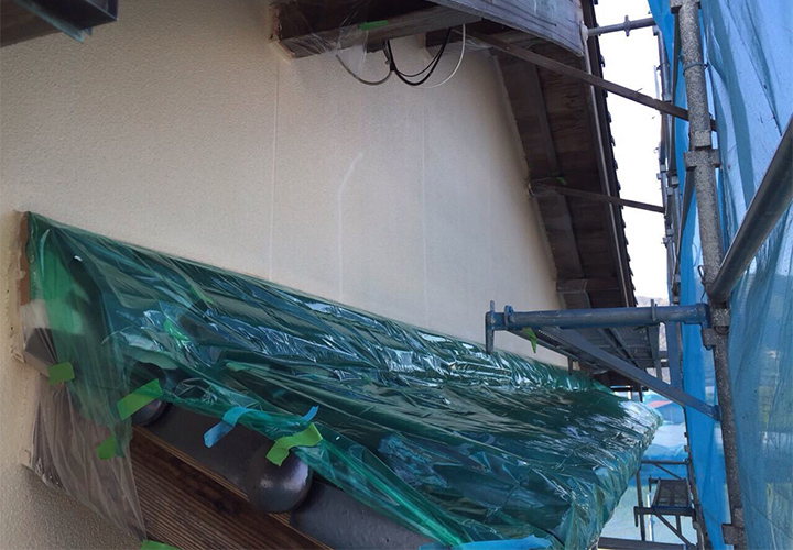 上塗り1回目完了の様子です。まだ下塗りの白色や目地の補修箇所が目立ちます。
