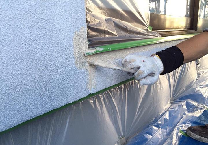 窓下の目地もひび割れの多い箇所ですので、ていねいに塗ります。