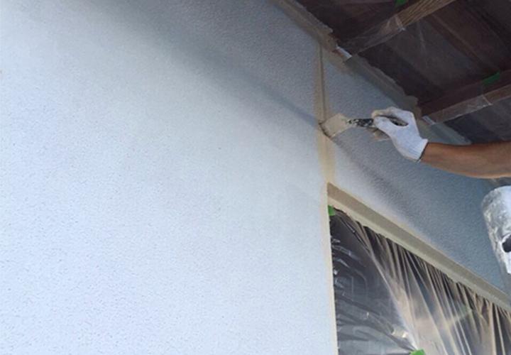 上塗り1回目の様子です。下塗り同様、目地・窓まわりのように塗りにくく色が入りにくい箇所から塗装いたします。