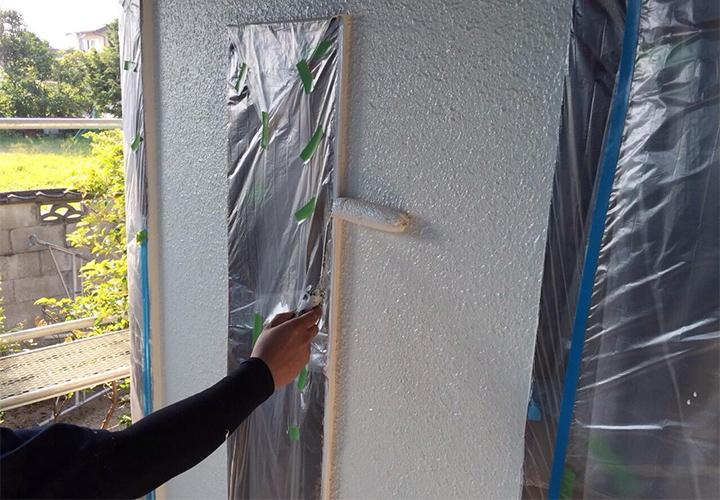 上塗り2回目で色ムラが無くなり、3回目でしっかり膜厚を確保します。