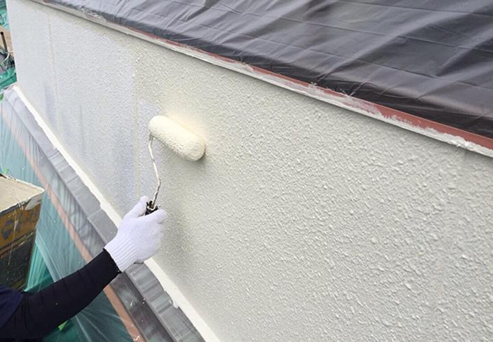 カビの発生していた二階ベランダ部外壁は超防カビ剤仕様で上塗りを行います。