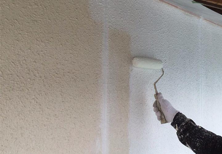 下塗完了後、ピュアアクリル防水塗料EC-2000Fをローラー塗布いたします。