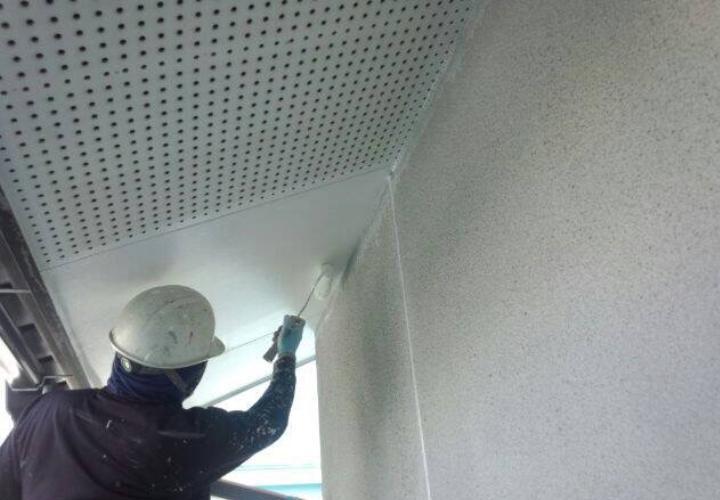 軒裏を下塗り塗装しています。