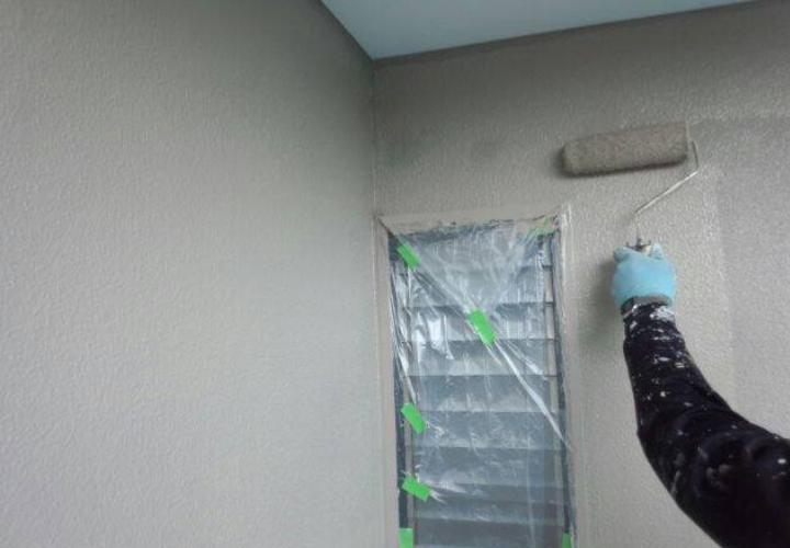 上塗り3回目の様子です。既存外壁表面の吸い込みが多かったので下塗り2回実施後、上塗りを3回行いました。